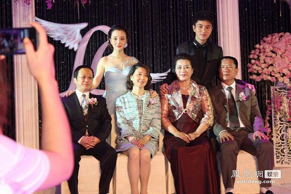 Vợ chồng Tiểu Lộ - Đan Phong chụp ảnh cùng bố mẹ hai bên (bố mẹ nữ diễn viên ngồi phía bên phải).