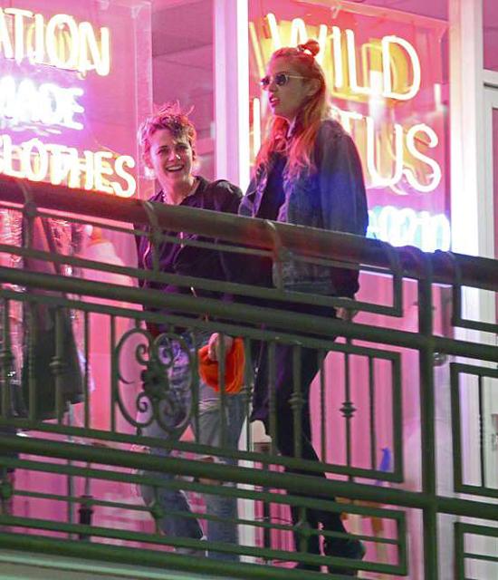 Buổi tối trước đó, người đẹp Chạng vạng cùng thiên thần nội y đi ăn tối mừng sinh nhật 28 tuổi của Kristen.