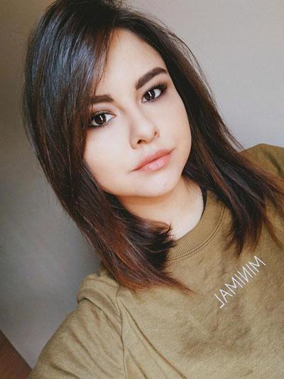 Erika Montanes sở hữu ngoại hình xinh xắn, ưa nhìn, đặc biệt giống với nữ ca sĩ Mỹ Selena Gomez. Ảnh: Medium Drum World