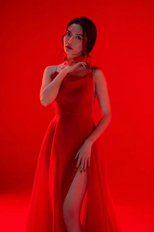 Bích Phương diện bộ váy bị đụng hàng kỷ lục trong MV mới