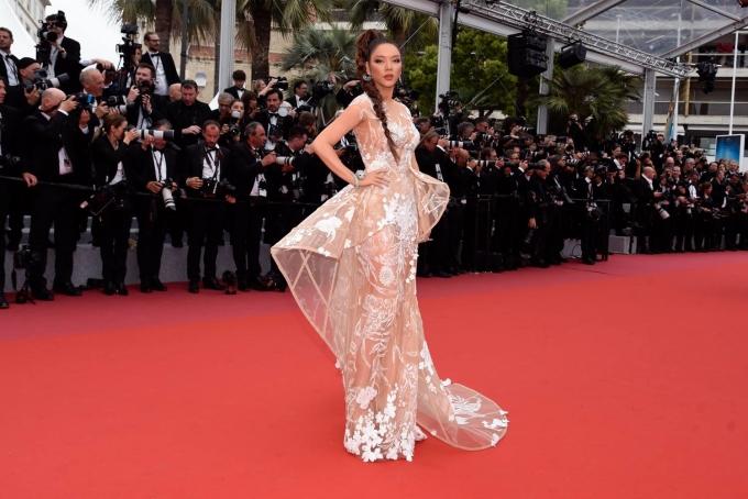 """<p> Tại thảm đỏ Cannes ngày thứ hai, Lý Nhã Kỳ diễn thiết kế xuyên thấu do Hoàng Hải thực hiện. Mẫu đầm có phom áo dựng thẳng, tận dụng độ xoáy để tạo sự độc đáo, được sáng tạo dựa trên ý tưởng """"khu rừng huyền bí"""".</p>"""