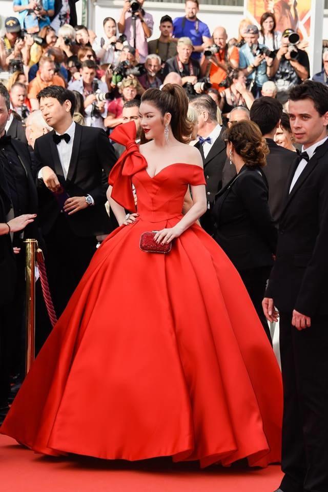 <p> Xuất hiện tại buổi khai mạc LHP Cannes 2018, nữ diễn viên nổi bật với bộ đầm đỏ trễ vai do Đỗ Long thiết kế. Trang phục được lấy cảm hứng từ váy áo của nàng Lọ Lem trong truyện cổ tích.</p>