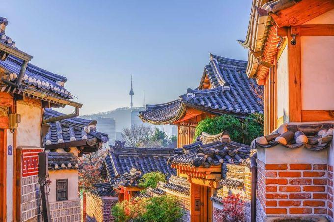 <p> Sau khi dạo cố cung và Insadong, bạn có thể mặc nguyên bộ hanbok đến <strong>làng cổ Bukchon</strong> gần đó để sống ảo. Những con hẻm nhỏ hẹp, mái nhà rêu phong là background hoàn hảo cho mùa thu ở xứ kim chi. Ngoài ra, các món ăn truyền thống bán ở đây như mỳ đen, thịt nướng, cơm trộn thịt bò sống... được làm với hương vị nguyên bản nhất Seoul.</p>