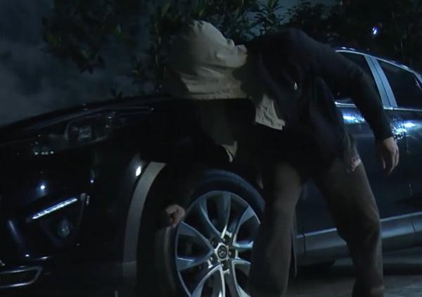 Tập 14, Cảnh đột nhập vào nhà ông Cấn (NSƯT Nguyễn Hải) để cứu Quỳnh. Tình tiết phi lý xảy ra khi Cảnh dùng dao đâm vào lốp xe hơi và dễ dàng rút ra. Doãn Quốc Đam sau đó cũng chia sẻ, anh có sự tranh luận với đạo diễn về phân đoạn này từ khi diễn nhưng cuối cùng vẫn tôn trọng ý kiến của NSƯT Mai Hồng Phong.