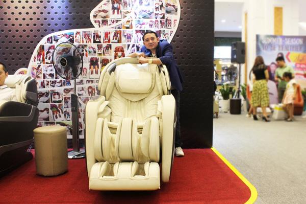 Danh hài Chiến Thắng trải nghiệm sản phẩm ghế massage eDesire của Okia.
