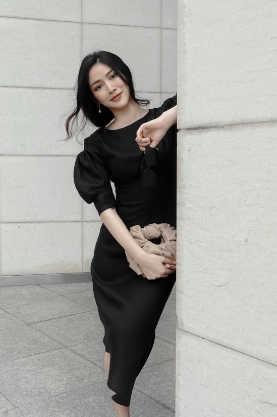 Chi tiết tay bồng được chắt lọc để thể hiện một cách thuyết phục trên dáng váy hiện đại.