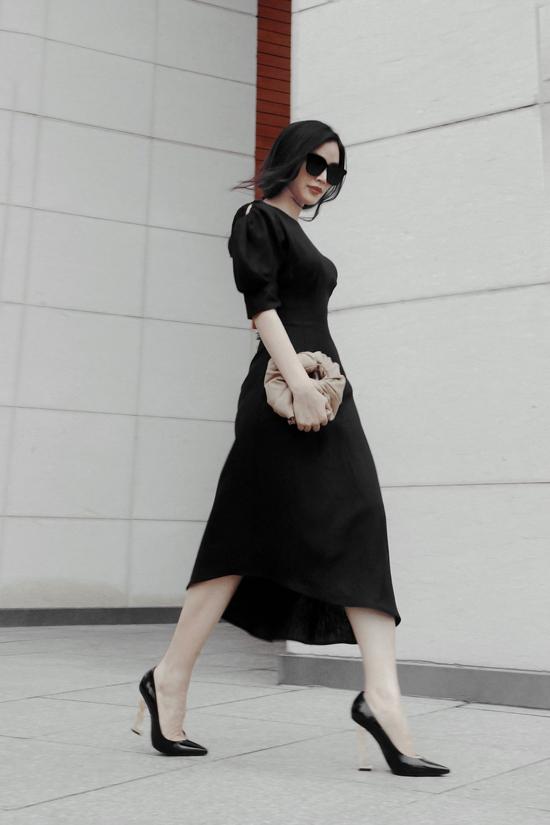 Theo Mai Thanh Hà, khi sử dụng váy đơn sắc theo phong cách tối giản, phụ kiện túi xách đúng trend sẽ góp phần hoàn thiện set đồ cho phái đẹp.