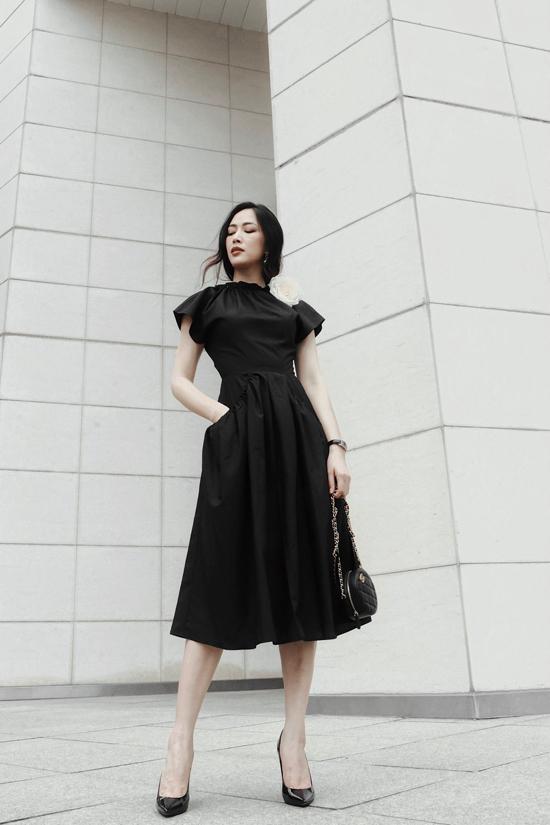 Những mẫu váy đen sẽ không còn nhàm chán khi được xử lý phần cổ áo, tay áo với đường bèo nhún mềm mại.