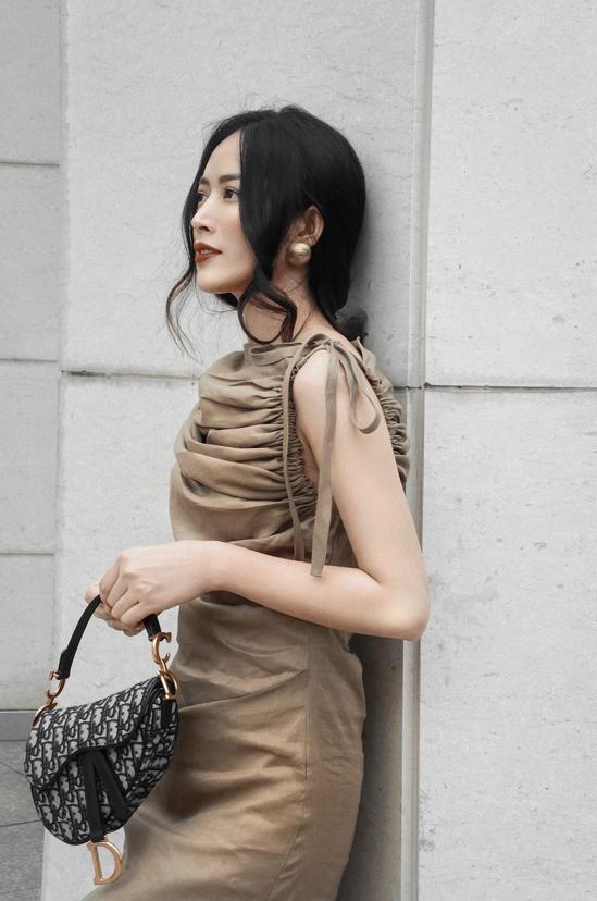 Đầm sát nách ở mùa mốt mới được trang trí một cách khéo léo với phần dây rút ấn tượng. Chi tiết này khiến các mẫu váy suông, đầm liền thân trở nên độc đáo hơn.