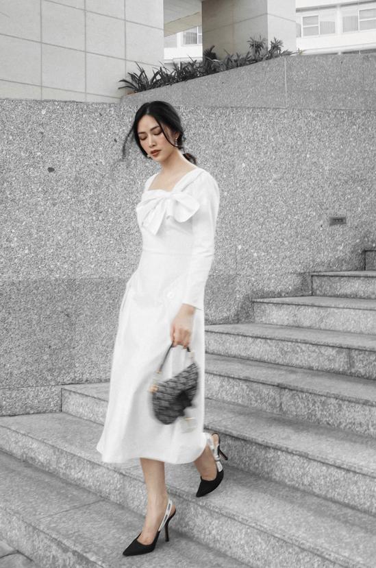 Trung thành với phong cách thanh lịch và tối giản, Mai Thanh Hà khéo chọn các mẫu váy hợp xu hướng để tạo nên sức hút cho bộ ảnh mới thực hiện.