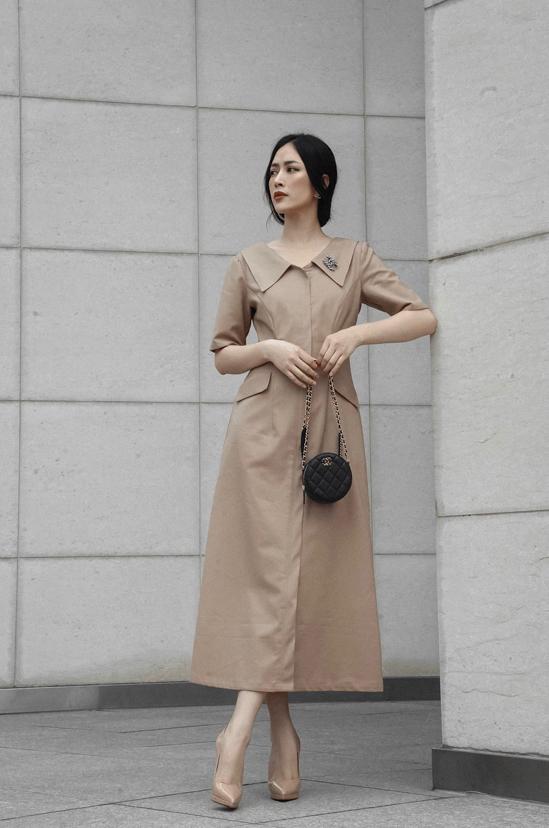 Kết hợp với mẫu váy kiểu váy tối giản các nàng có thể phối giầy cao gót tiệp màu hoặc chọn phụ kiện tông đen để mix đồ.