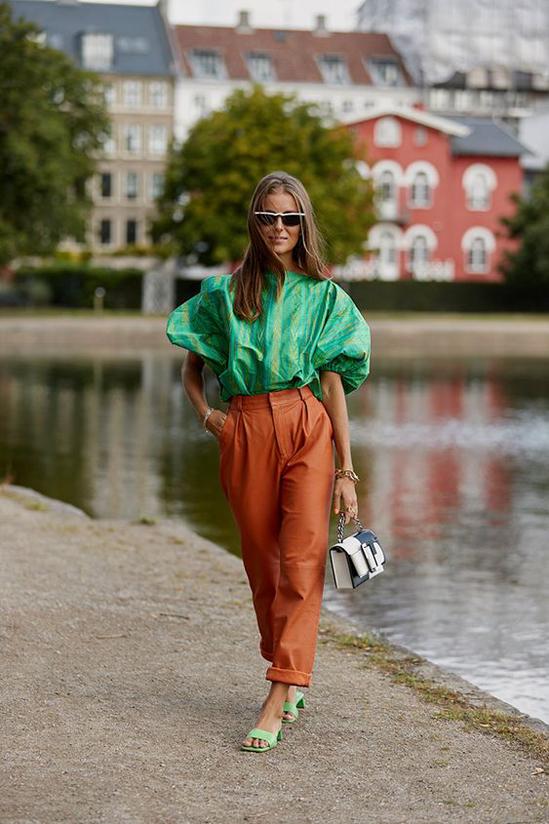 Các mẫu quần da, gam màu tươi sáng hay màu trung tính là dòng sản phẩm được nhiều fashionista săn lùng ở mùa này.