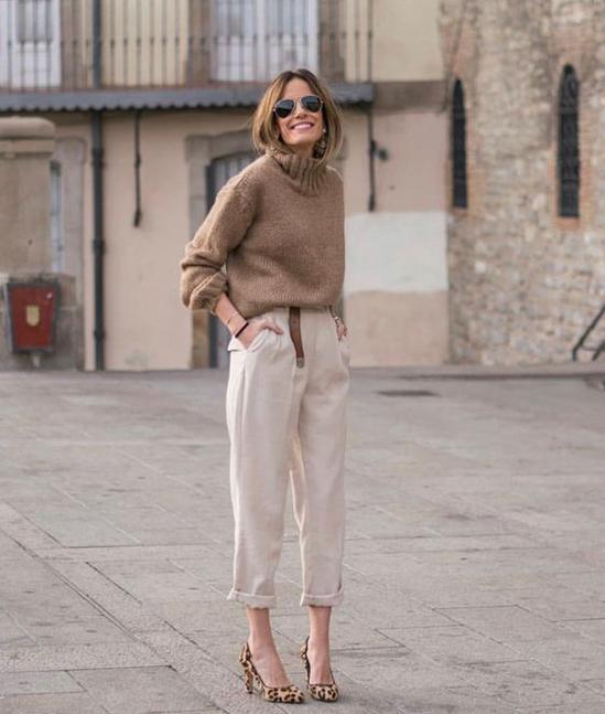 Áo len cổ lọ, quần tông trắng ngà và giày da beo đơn giản cũng đủ giúp phái đẹp có set đồ đúng mốt khi đi cafe, đi làm.