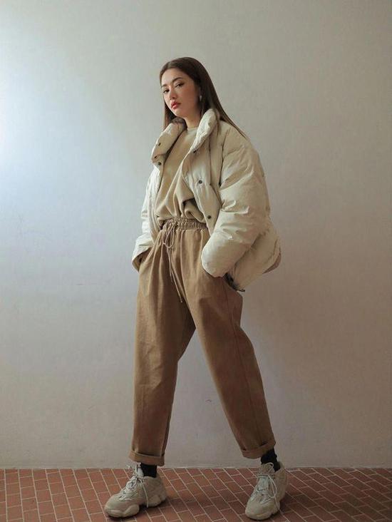 Trang phục kaki trên gam màu đơn sắc, màu trung tính vẫn là các sản phẩm được giới trẻ Hàn Quốc ưa chuộng ở mùa mốt 2019/2020. Đây cũng là phong cách dễ áp dụng cho các cô nàng văn phòng yêu style khoẻ khoắn và đơn giản khi mix đồ dạo phố, đi làm.