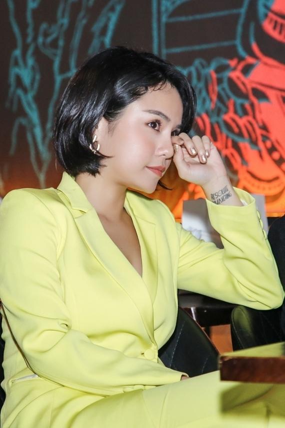 Thái Trinh nhiều lần quay vào hậu trường lau nước mắt.