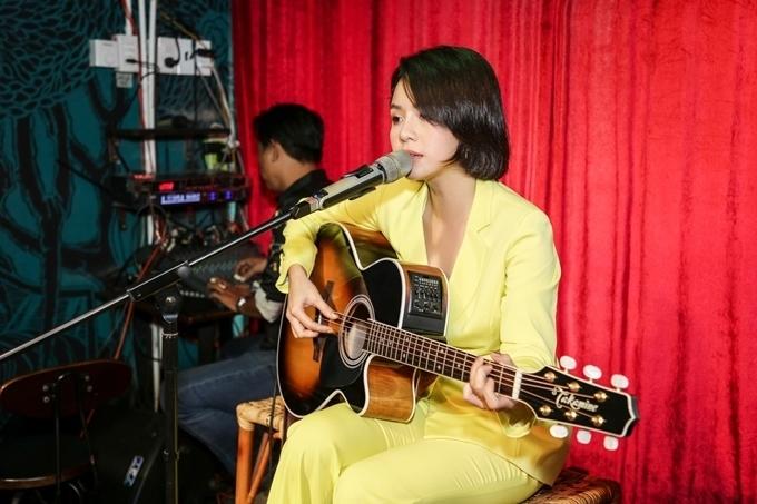 Thái Trinh thể hiện ca khúc