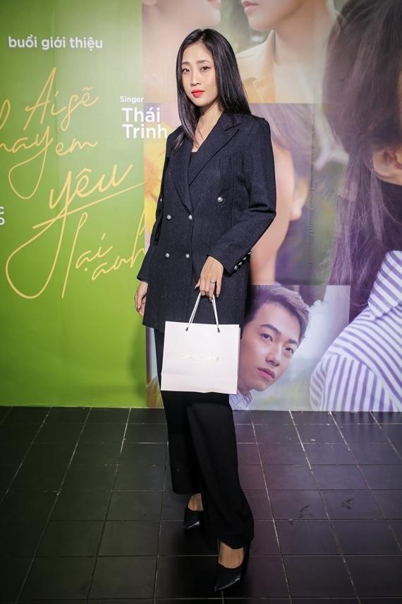 MC Liêu Hà Trinh thử phong cách nam tính khi dẫn dắt họp báo.