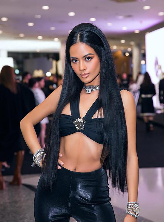 Siêu mẫu Như Vân khoe hình thể gợi cảm với trang phục đen đến từ nhà mốt Versace.