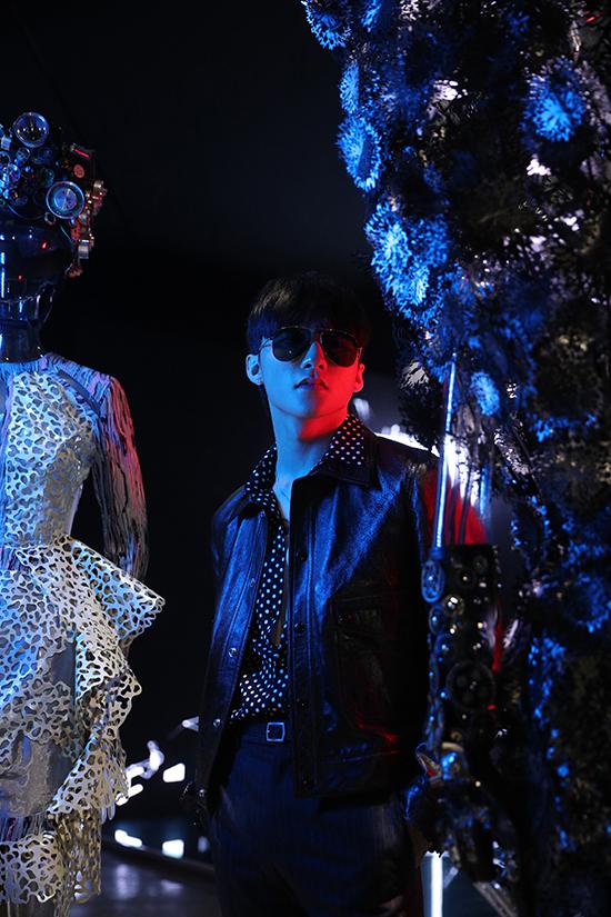 Sơn Tùng là một trong những khách mời đầu tiên được chiêm ngưỡng các thiết kế của Công Trí kết hợp cùng nghệ thuật sắp đặt.