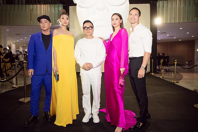 Thanh Hằng (váy vàng), Hồ Ngọc Hà (váy hồng) là hai nhân vật quan trọng nhất trong buổi khai mạc triển lãm Cục im lặng của nhà thiết kế Công Trí (trang phục trắng).