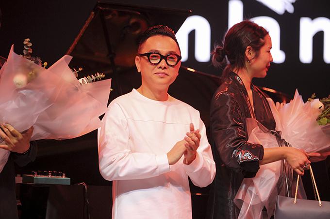 Nguyễn Công Trí phấn khởi giới thiệu về triển lãm thời trang kết hợp nghệ thuật đương đại cùng 10 nghệ sĩ. Đây là hoạt động kỷ niệm 20 năm theo đuổi nghề thiết kế thời trang.