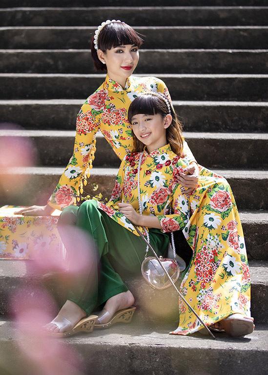 Hoa hậu Du lịch 2008 trẻ trung khi để tóc mái ngang tạo dáng bên con gái cưng.