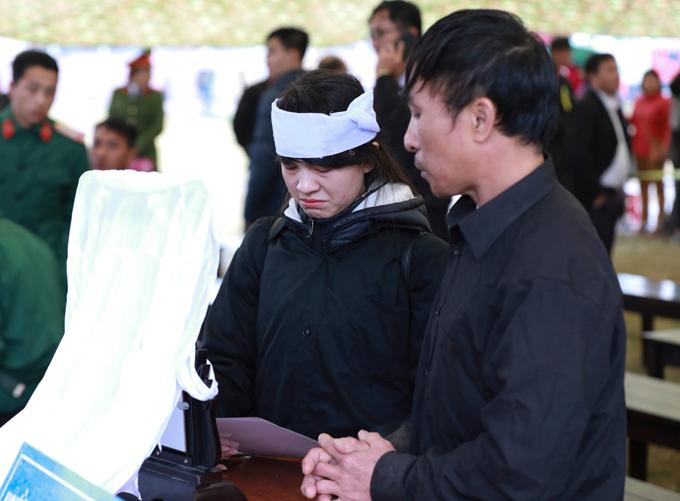 ChịCao Thảo Loan cầm di ảnh em gáitạitòa.