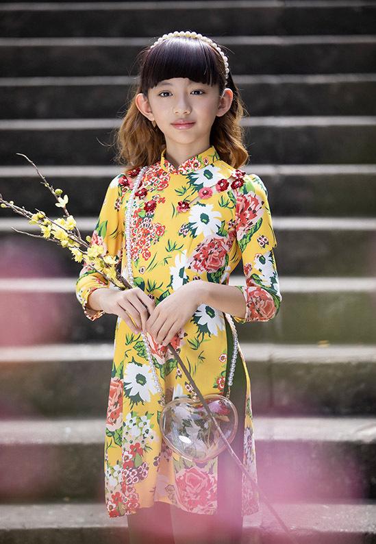 Con gái Ngọc Diễm xinh xắn với áo dài kiểu xưa kết hợp phụ kiện túi xách, băng đô hài hoà.