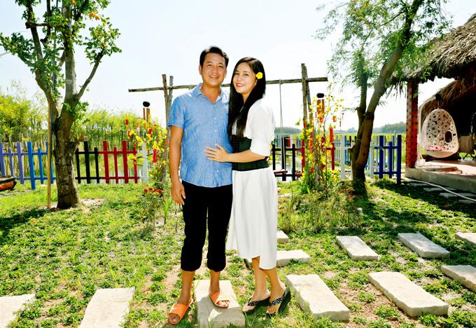 Em trai Quyền Linh là đạo diễn Quyền Lộc vừa khánh thành cơ ngơi mới. Quyền Lộc tiết lộ, anh đã quay một số cảnh của phim Về nhà ăn Tết đi con tại phim trường mang phong cách dân dã do vợ chồng anhđầu tư xây dựng.