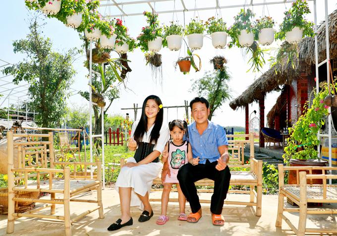 Quyền Lộc ăn mặc giản dị chụp ảnh cùng vợ và con gái. Nam đạo diễn hạnh phúc vì sau nhiều nămphấn đấu làm việc chăm chỉ, cuối cùng anh cũng hoàn thành ước mơ có phim trường riêng.