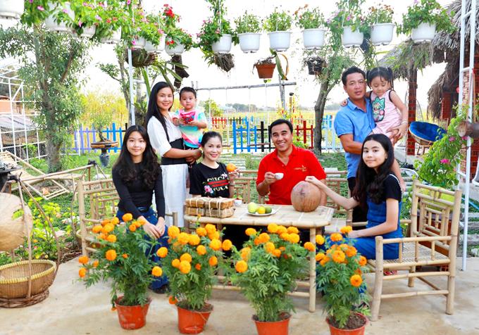 Quyền Linh cùng bà xã Dạ Thảo và hai con gái đến chung vui với gia đình em trai.
