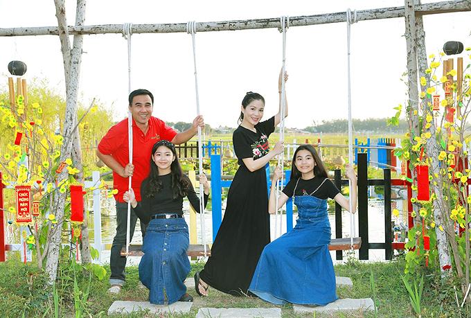 Hai con gái của Quyền Linh rất mê khung cảnh mộc mạc, nên thơ do chú ruột lên ý tưởng đầu tưxây dựng.