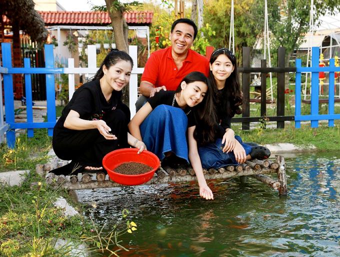 Quyền Linh cùng vợ con thảnh thơi cho cá ăn. Cơ ngơi mới của em trai khiến nam diễn viên nhớ cuộc sống bình dị thuở nhỏ ở quê nhà Tiền Giang.
