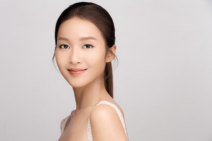 Khả Ngân tham gia chụp ảnh quảng cáo sản phẩm chăm sóc da do Chung Thanh Phong là giám đốc sáng tạo.