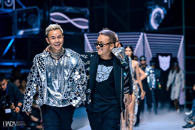 Chung Thanh Phong (áo đen) cùng rapper Binz (áo ánh bạc) tại Tuần lễ Thời trang Quốc tế Việt Nam.