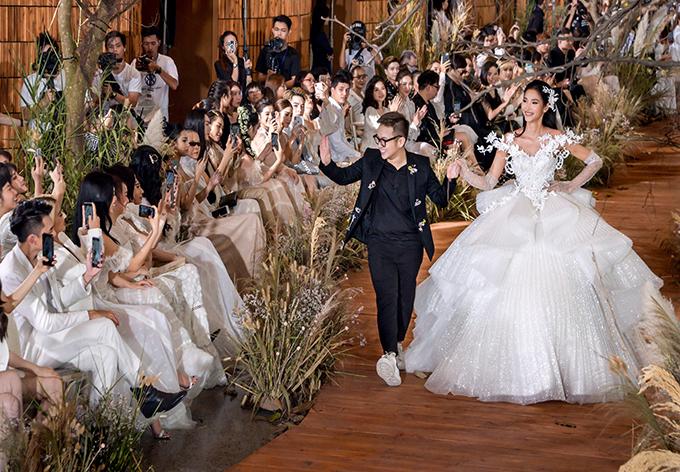 Chung Thanh Phong (vest đen) và Hoàng Thuỳ tại show diễn I am Sunny.