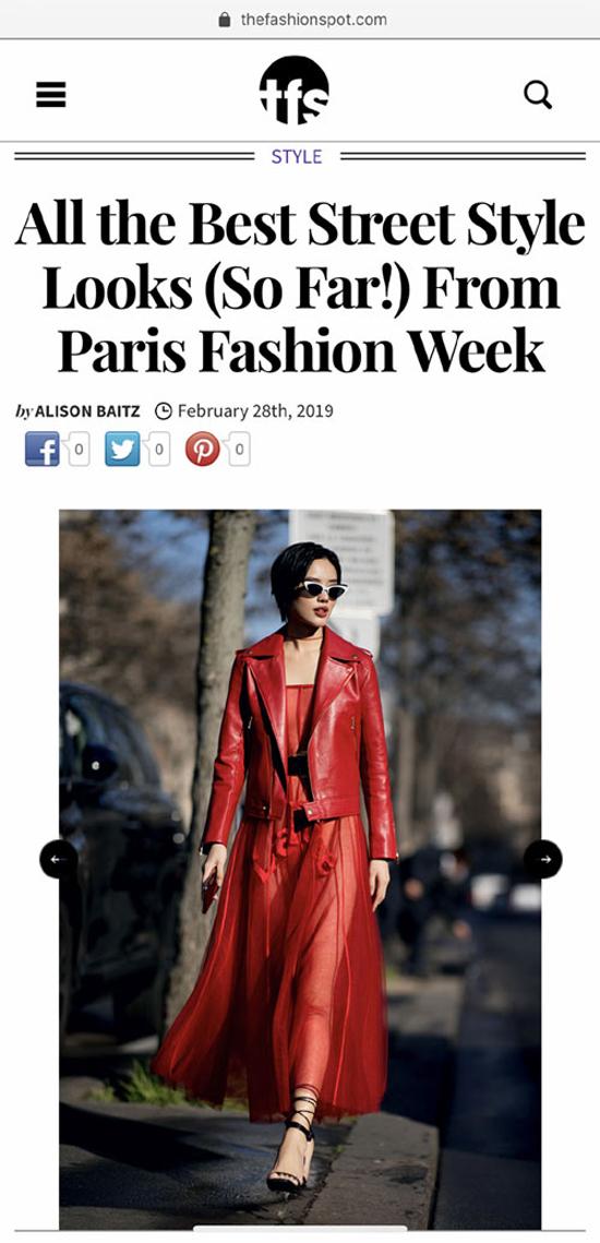 Trang phục đỏ tươi nổi bật với điểm nhấn chủ đạo ở mẫu áo da trang trí họa tiết thêu sau lưng áo giúp Khánh Linh lọt top best street style.