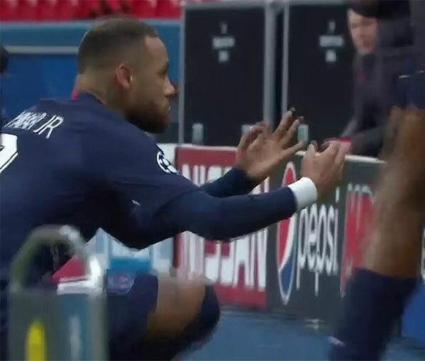 Trên sân Công viên các hoàng tử không khán giả tối 11/3, Neymar mở tỷ số cho PSG phút 28 giúp đại diện nước Pháp cân bằng tỷ số 2-2 sau hai lượt trận. Sau khi ghi bàn, tiền đạo Brazil mô phỏng màn mừng bàn thắng ngồi thiền của Haaland - cầu thủ Dormund ghi cả hai bàn thắng ở lượt đi hôm 19/2.