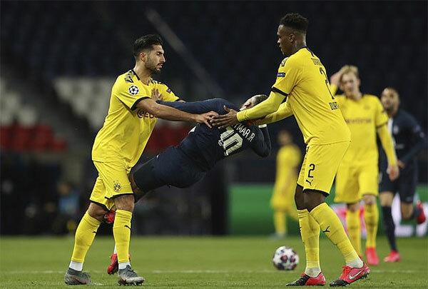 Can đẩy Neymar và anh bị nhận thẻ đỏ phút 89 khi PSG đang dẫn 2-0.