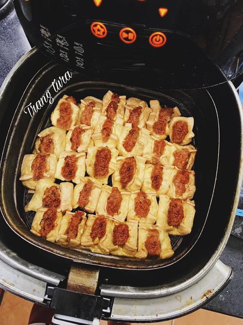 Đậu nhồi thịt:Thịt xay cùng mục nhĩ và hành khô, ướp chút nước mắm, hạt tiêu cho thơm rồi nhồi vào đậu.Làm nóng nồi trước 5 phút ở nhiệt độ 200 độ C rồi xếp đậu vào, bật 160 độ C trong 15 phút đầu, sau đó tăng lên 200 độ C khoảng 10 phút để đậu thịt vàng ươm. Không cần lật, đậu sẽ tự chín đều.