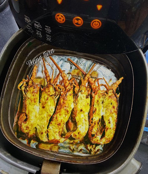 Tôm hùm nướng pho mai: Nguyên liệu sốt cho 2-3 con tôm gồm6 miếng phô mai con bò cười,60 ml sữa không đường,1/2 vỉ sữa đặc,1/2 quả chanh,2 thìa ăn mayonnaise.Tất cả cho vào bát trộn đều, hấp cách thuỷ cho tan hết.Để nguội ấm rồi trộn với 1 lòng đỏ trứng gà và phết đều lên tôm.Làm nóng nồi trước 5 phút ở 180 độ C.Lót giấy bạc và xếp tôm vào bật nồi 180 độ C trong 12-15 phút.Tôm chín vừa tới sẽ ngọt thịt, nếu thích dai thì nướng thêm 1-2 phút.