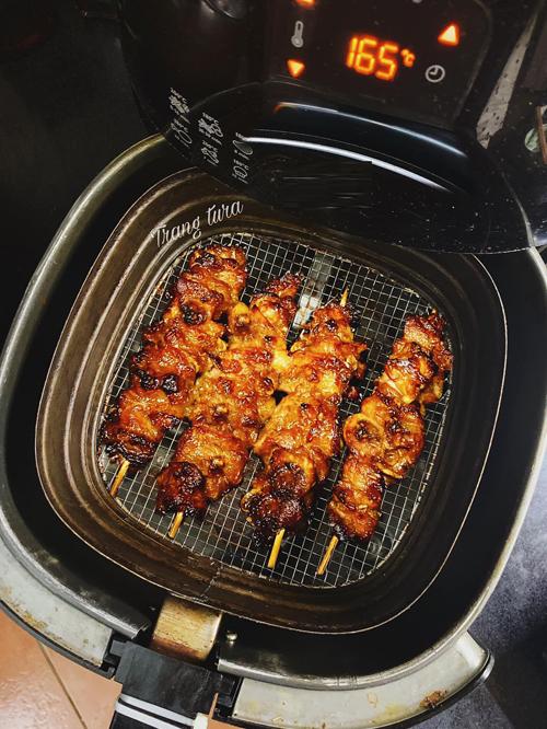 Thịt xiên nướng:Chọn thịt ba chỉ hoặc nạc vai dắt mỡ, rửa sạch thái miếng vừa phải.Cho tất cả hỗn hợp gồm hành - tỏ i- sả, dầu hào, mật ong, nước đường thắng, muối, hạt nêm, dầu mè, hạt tiêu (có hoặc không), 1 thìa nhỏ giấm để làm thịt mềm hơn vào máy xay nhuyễn là gia vị ướp. Ướp thịt bằng hỗn hợp gia vị này qua đêm hoặc 2-3 tiếng trong ngăn mát tủ lạnh. Xiên thịt vào que và nướng 10 phút ở nhiệt độ 160 độ C, xong trở mặt nướng thêm 10 phút ở 185 độ C.Không nên nướng quá lâu làm thịt bị khô.