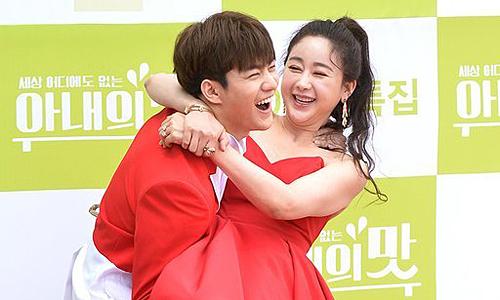 Chồng trẻ bế bổng Ham So Won