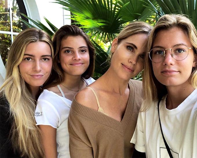 Bà xã Luis Figo và ba cô con gái nay đều là những thiếu nữ trưởng thành. Ở tuổi 45, vợ Quả bóng vàng 2000 vẫn trẻ đẹp vượt thời gian.