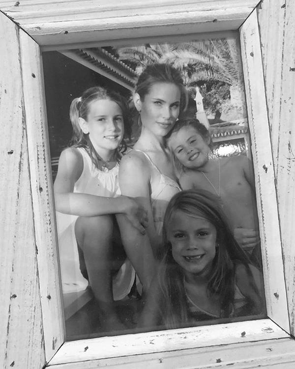 Luis Figo và bà xã tuyệt sắc có ba cô con gái, Daniela, Martina và Stella. Trên trang cá nhân hôm cuối tuần, người đẹp Helen Svedin đăng lại ảnh bên con lúc nhỏ.