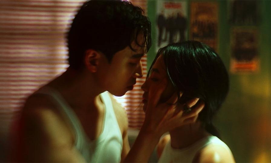 Karik hôn bạn diễn nóng bỏng