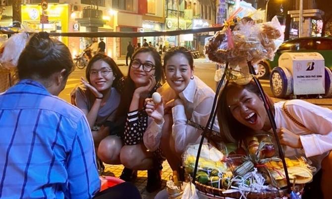 H'Hen Niê, Khánh Vân ăn bánh tráng trộn vỉa hè
