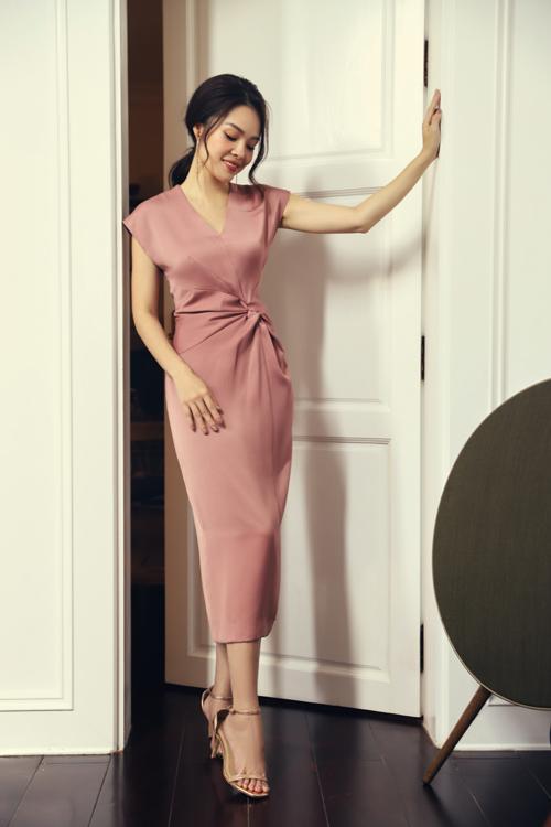Đầm liền thân là trang phục quen thuộc của hội chị em mê chưng diện khi đến văn phòng. Bên cạnh phom dáng mang tính ứng dụng cao, các nhà mốt áp dụng kỹ thuật draping để mang tới điểm nhấn mới mẻ.