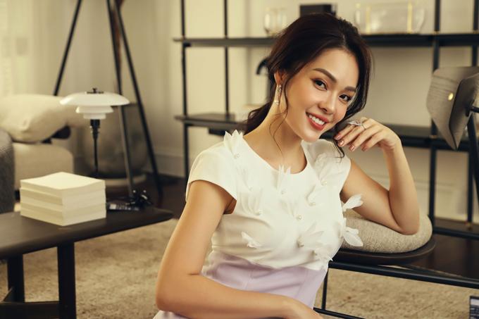 Qua bộ ảnh thực hiện cùng thương hiệu thời trang Việt, Dương Cẩm Lynh giúp phái đẹp cập nhật các mẫu váy hài hoà cùng tiết trời mùa nắng.