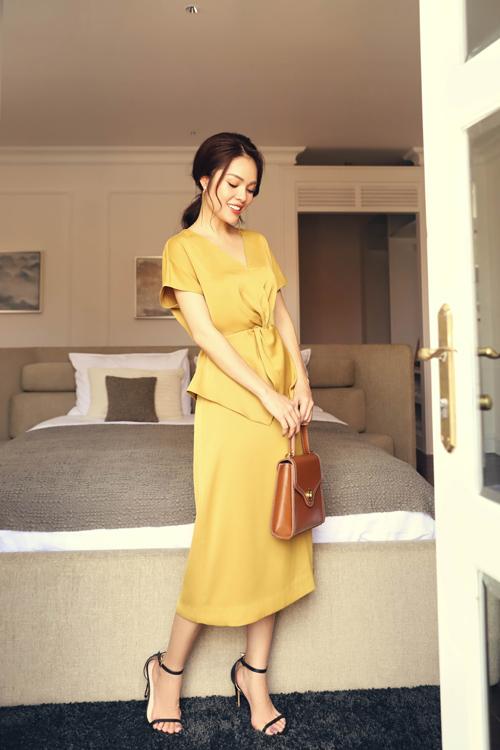 Váy lụa tông vàng dành cho các nàng thích tôn nét nhẹ nhàng khi đi làm với cách kết hợp áo thắt eo cùng chân váy dáng midi.